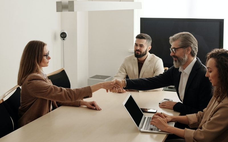 ビジネス英語の便利な言い回し・すぐ使えるフレーズ集|挨拶・オンラインミーティング・電話・メールetc